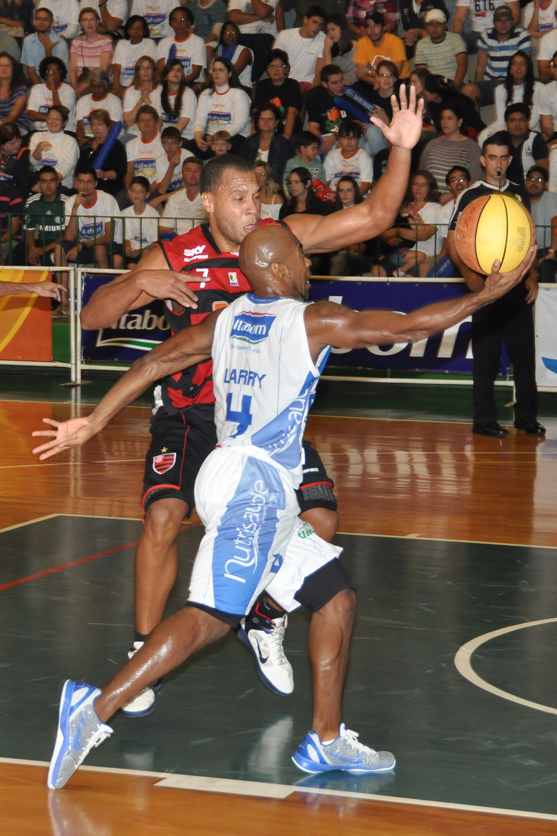 Larry Taylor, do Bauru, e Wagner, do Flamengo