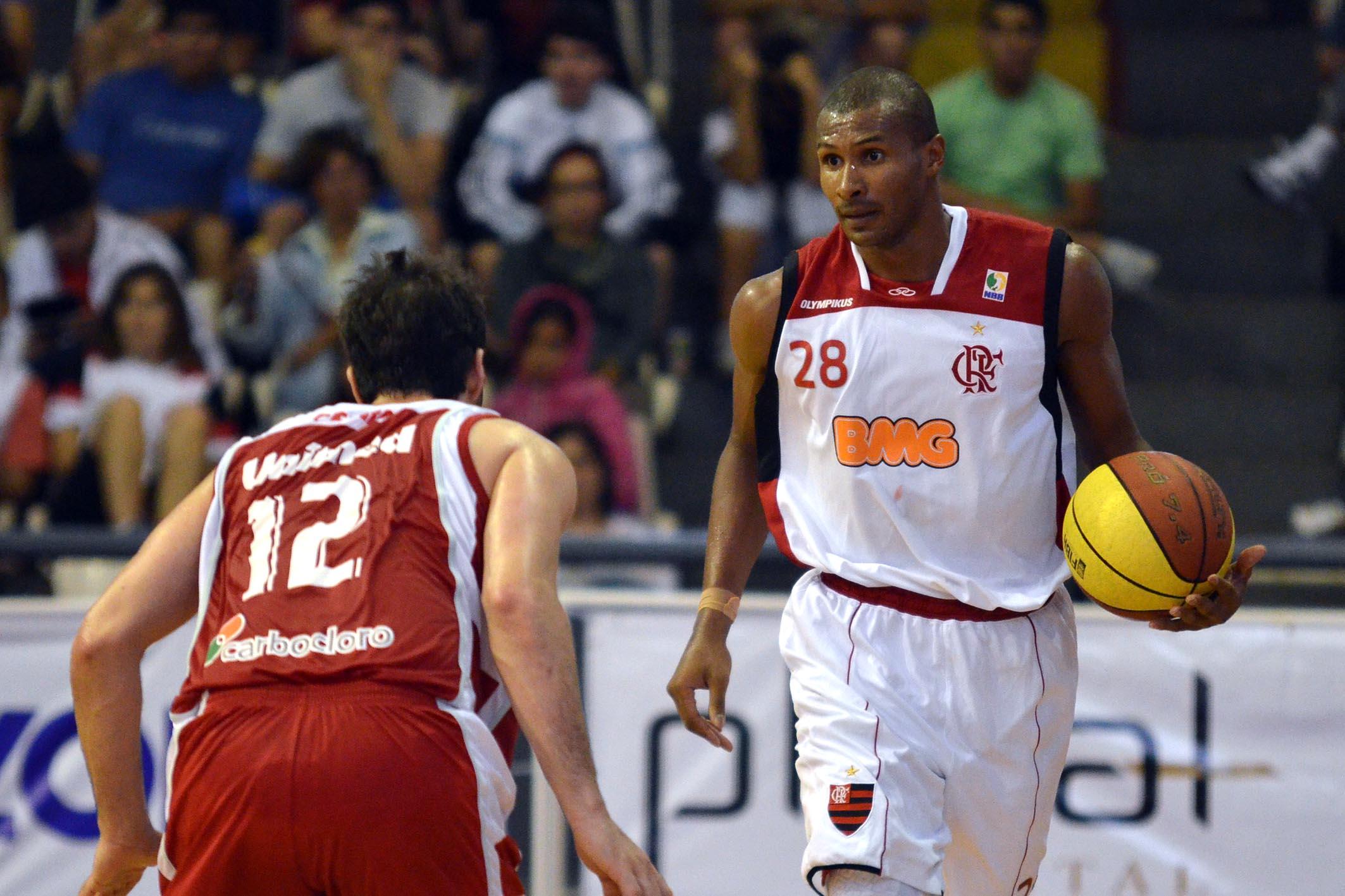 Leandrinho, do Flamengo, e Pedro, do Paulistano
