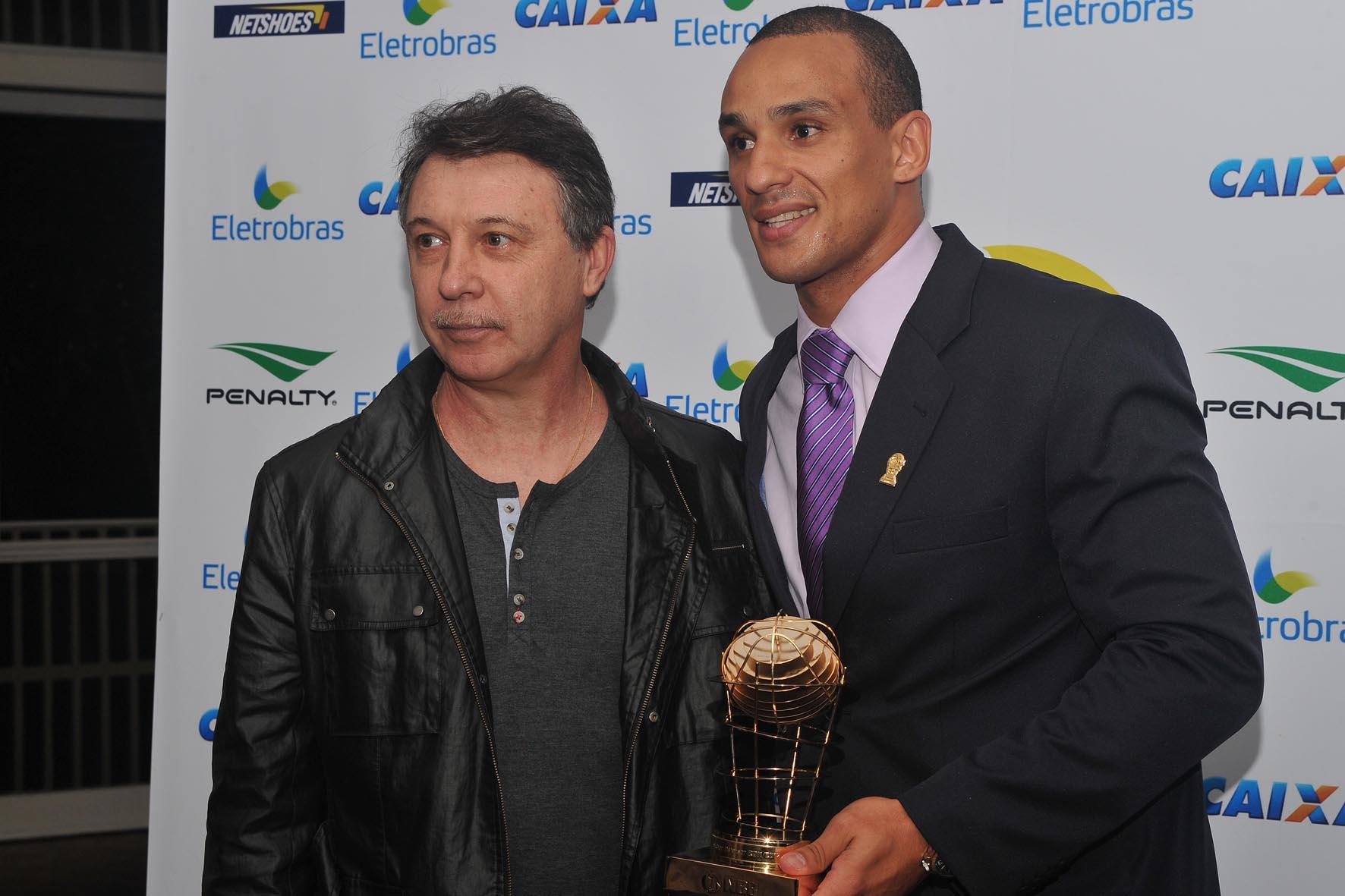 Alex, do Brasília, recebe de Ruben Magnano o trofeu de Melhor Defensor