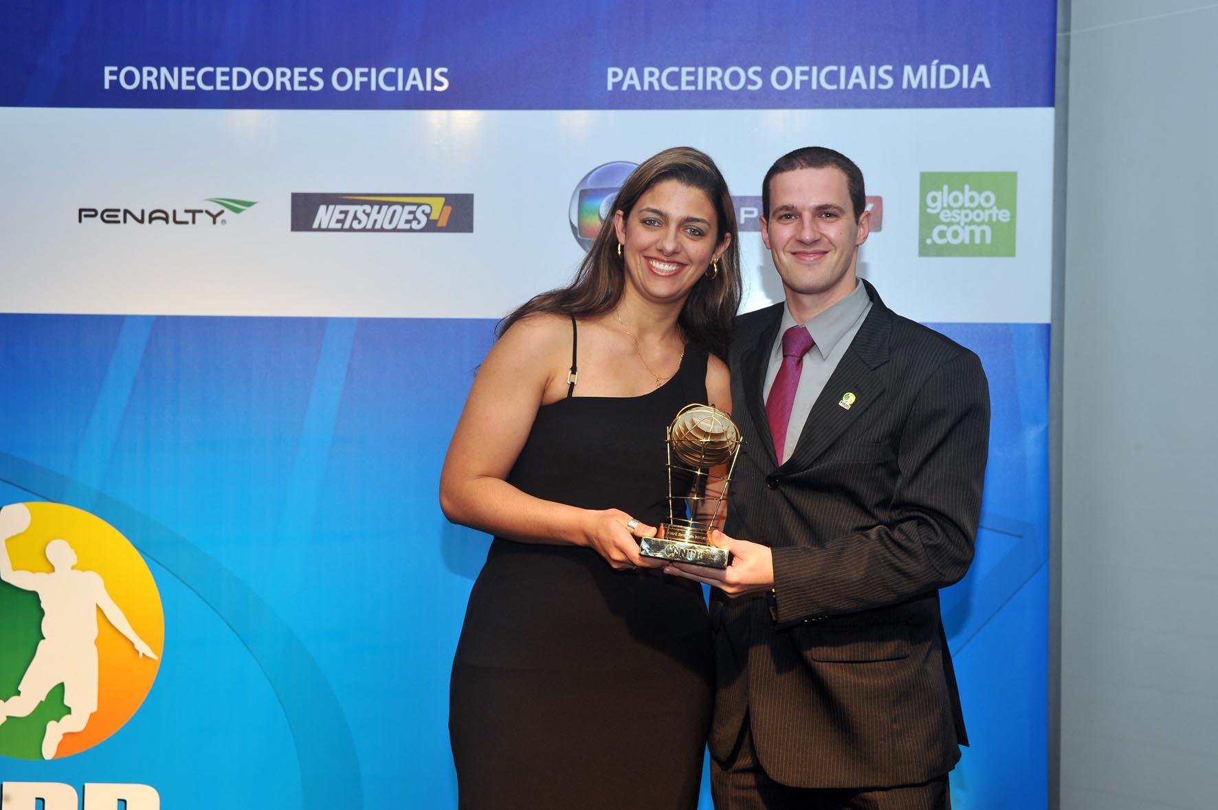 Árbitro Revelação, Diego Chiconato, recebe o trofeu de Flavia Almeida