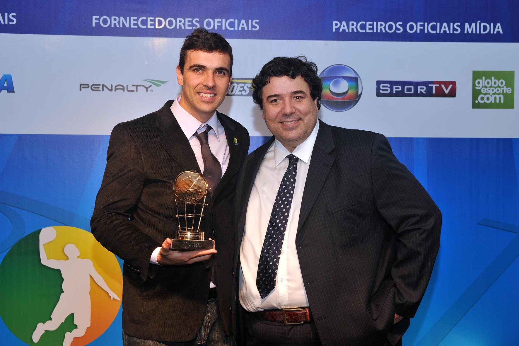 Paulinho Boracini recebe o prêmio de Melhor Sexto Homem de João Fernando Rossi