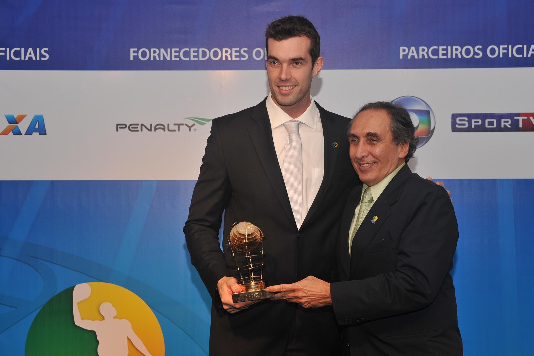 Murilo, do São José, recebe o trofeu MVP de Kouros Monadjemi