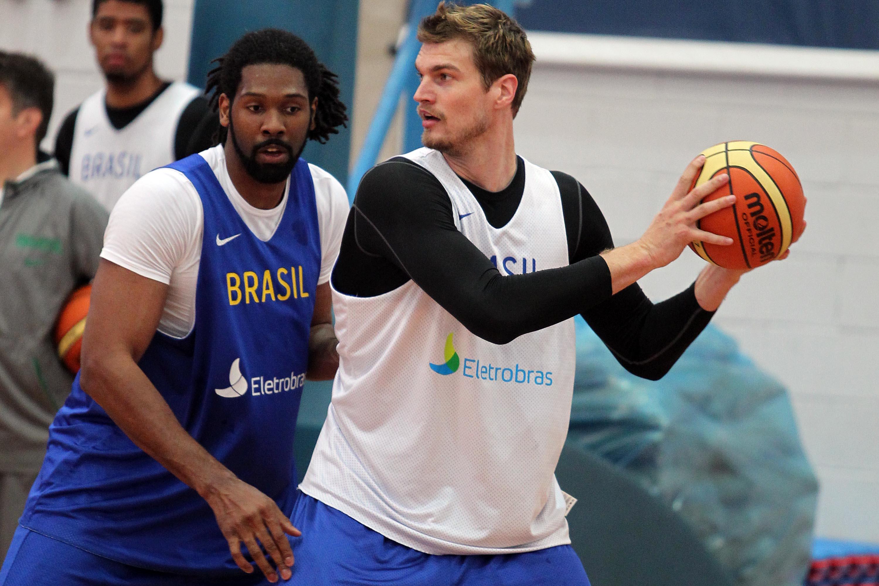 Tiago Splitter se junta ao elenco brasileiro após grande campanha na NBA e  chega visando fazer história com a camisa do Brasil. Tiago Splitter ... 8d8ba0d4e2415