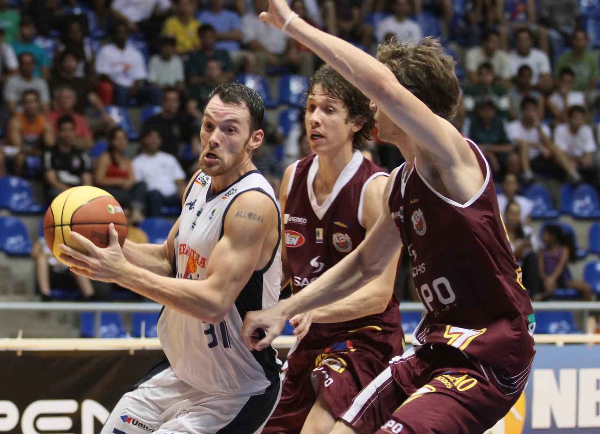 Robert Day, do Uberlândia, e Neto e Chico, do Araraquara