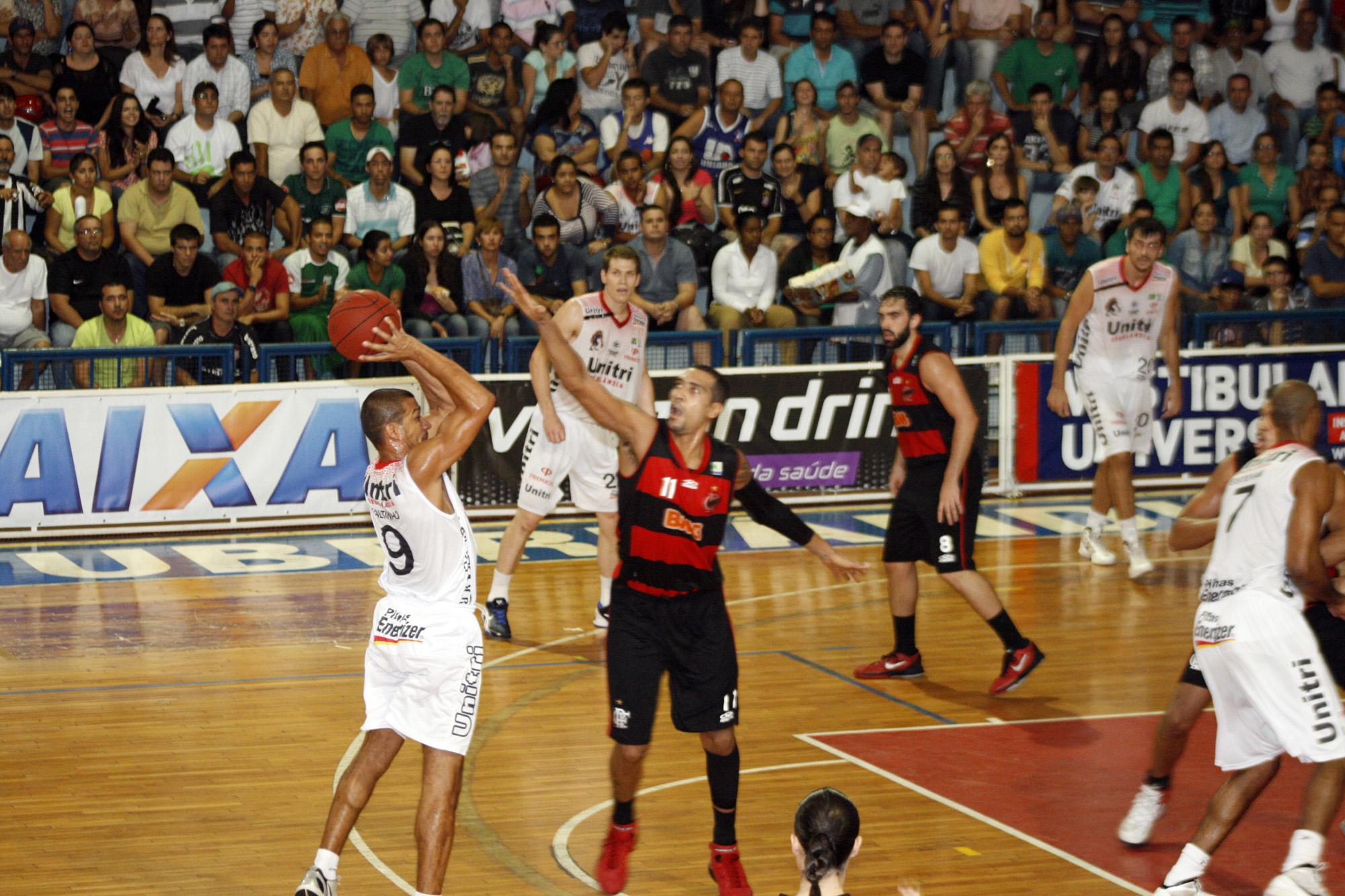 Valtinho, do Uberlândia, e Marquinhos, do Flamengo