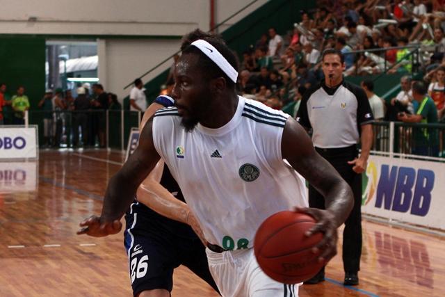 Em seu primeiro ano no Brasil, Tyrone Curnell atuará no Jogo das Estrelas do NBB (Fabio Menotti/Palmeiras/Divulgação)
