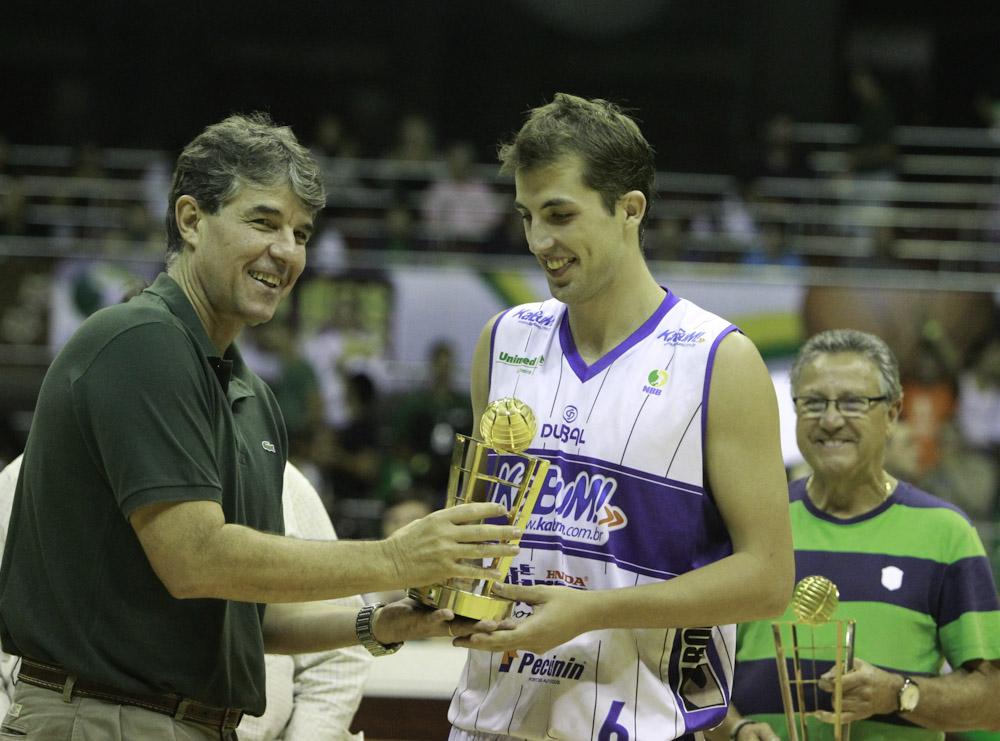 Matheus Dalla, do Limeira, e Cássio Roque, presidente da Liga Nacional de Basquete