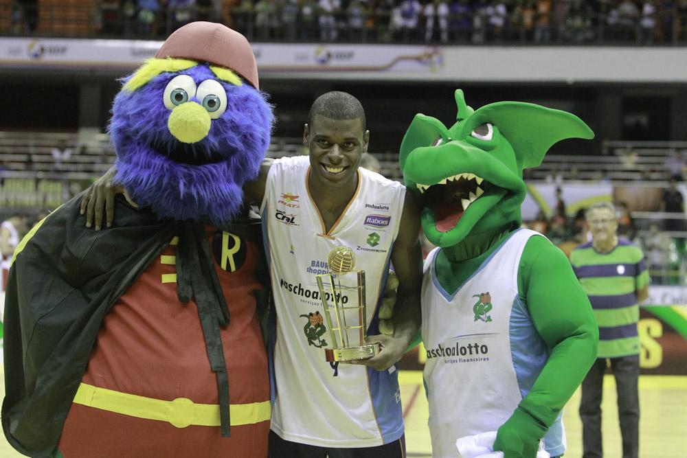 Gui Deodato com os mascotes da FIBA Américas e do Bauru