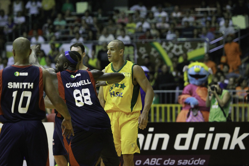 Alex, do NBB Brasil, e Tyrone Curnell, do NBB Mundo