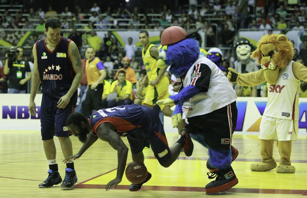 Benzor Simmons e Araújo, do NBB Mundo, e o mascote Jay-Jay