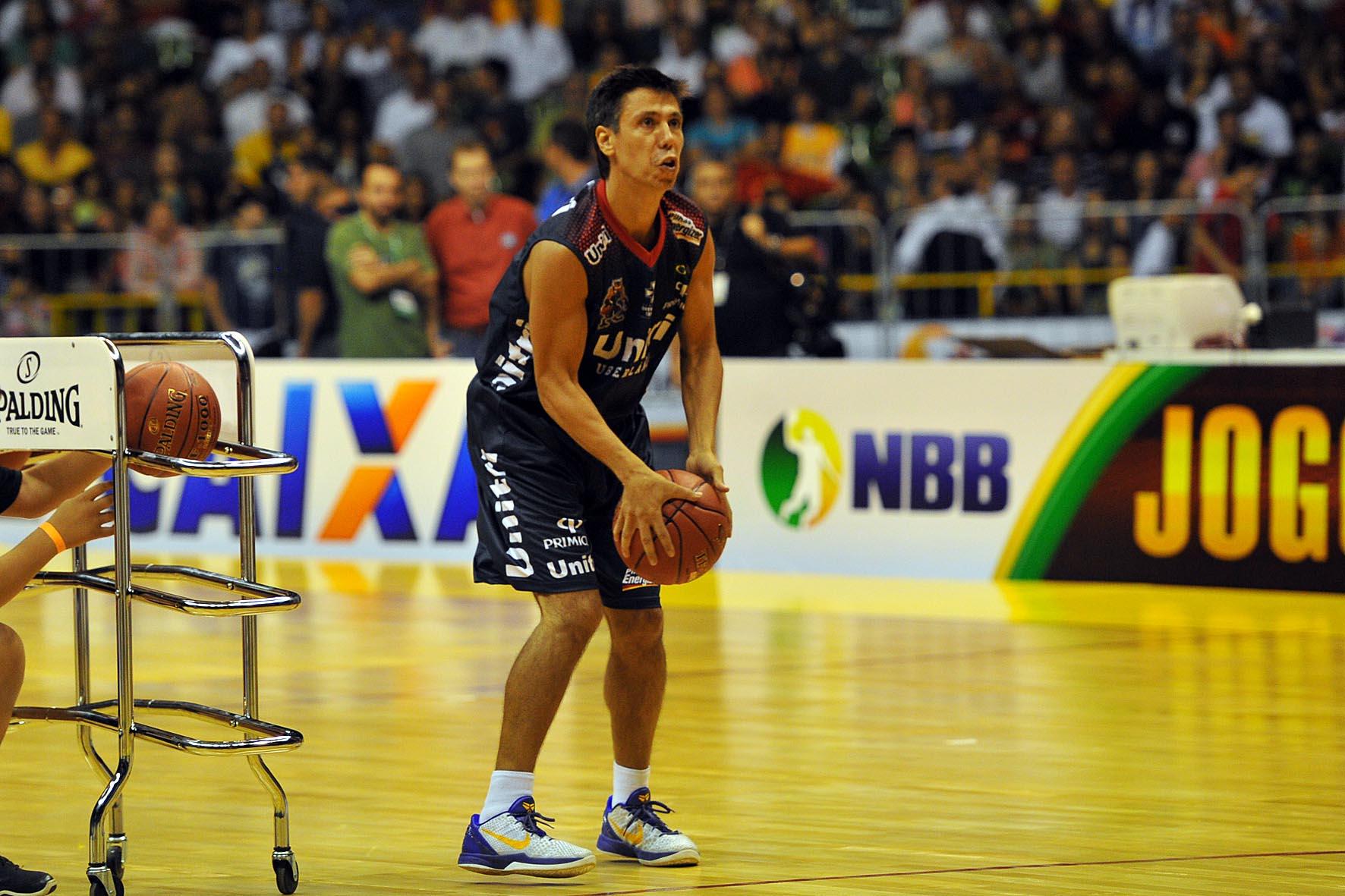 Helinho, do Uberlândia, no Torneio de 3 pontos