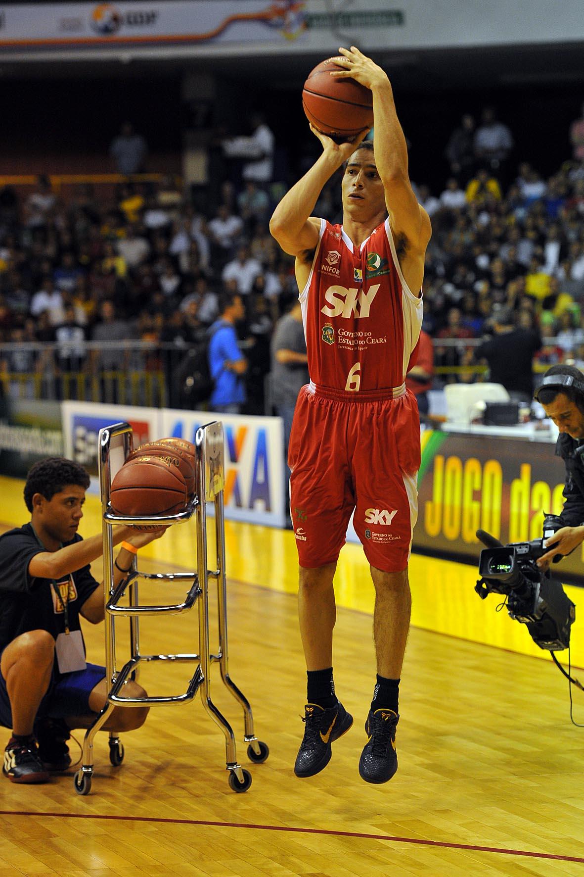 Matheus, do Basquete Cearense, no Torneio de 3 pontos