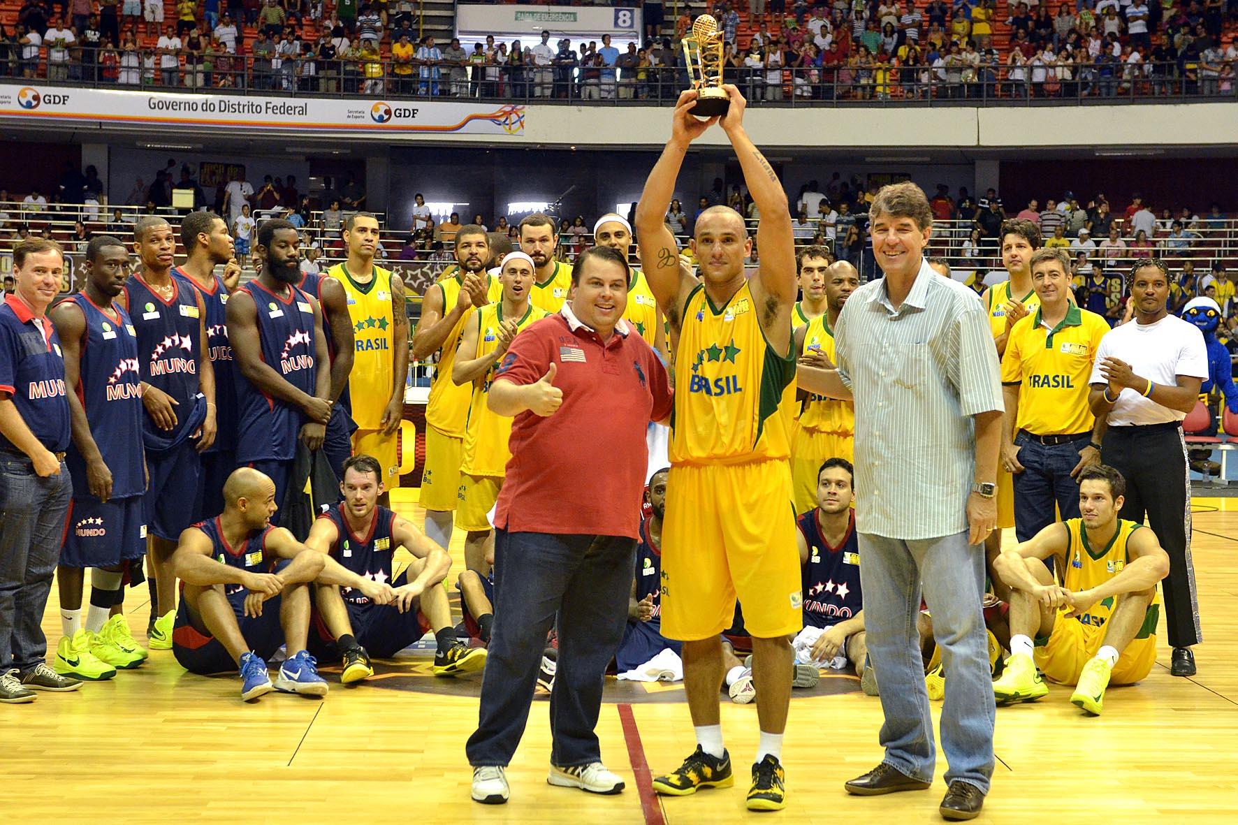 Alex, do NBB Brasil, e Júlio Ribeiro, secretário de esportes do Governo do Distrito Federal