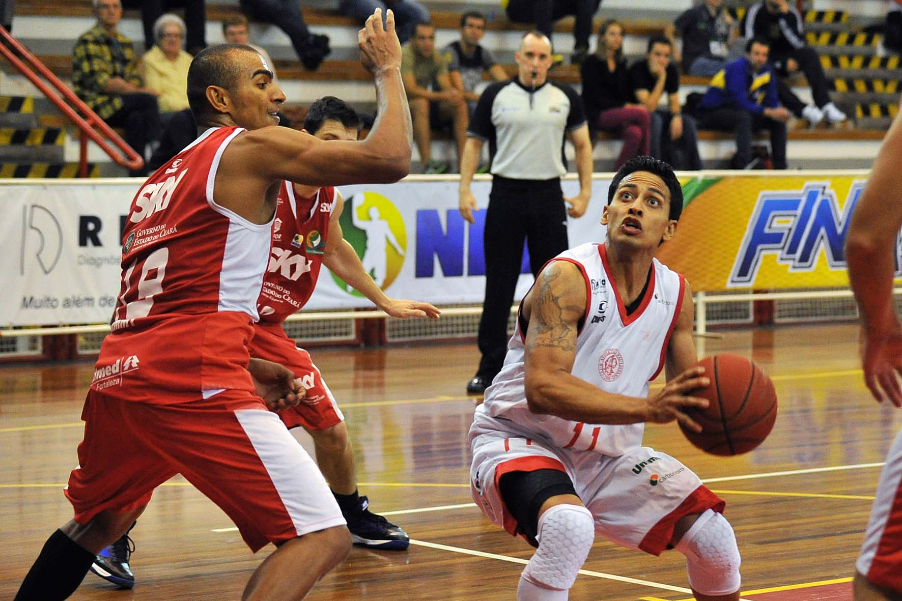 Muñoz, do Paulistano, e Jimmy, do Basquete Cearense