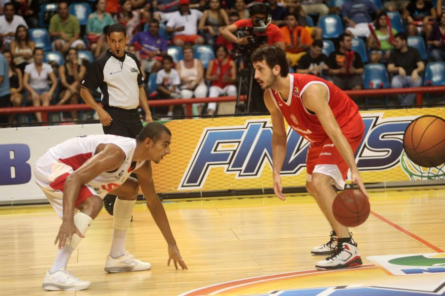 Elinho, do Paulistano, e Jimmy, do Basquete Cearense