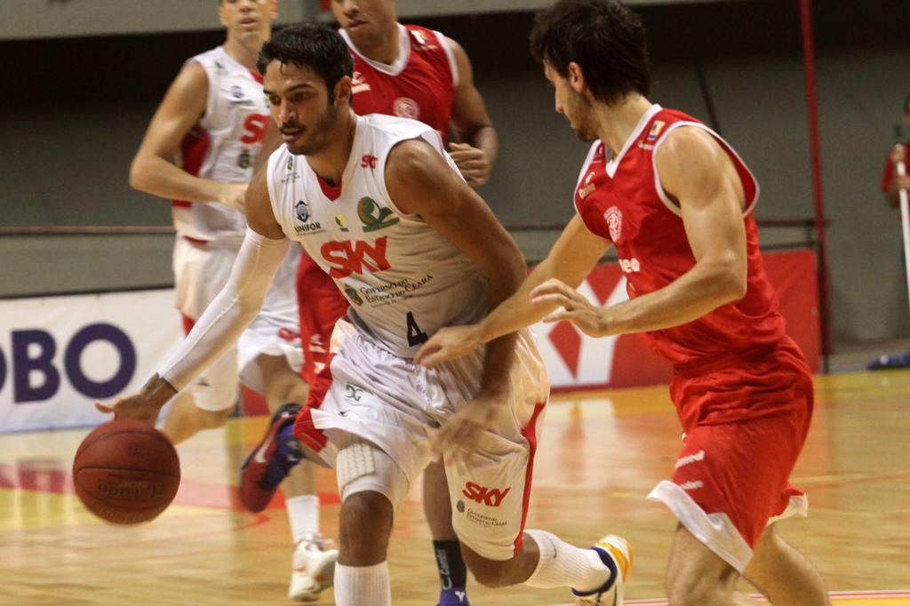 André Goes, do Basquete Cearense, e Elinho, do Paulistano