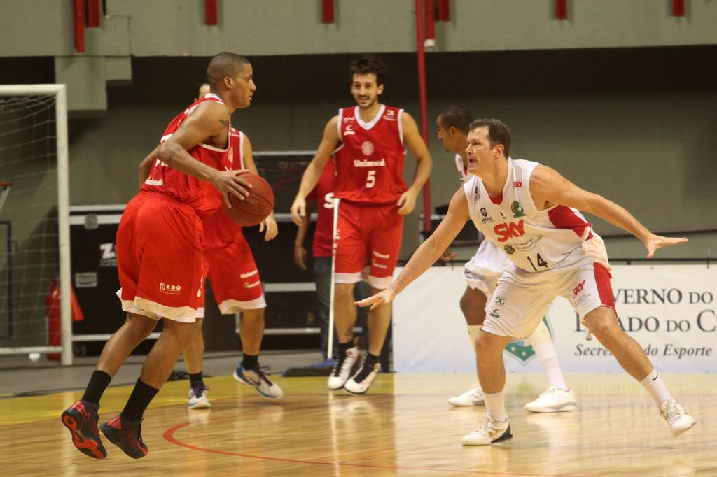 Eddy, do Paulistano, e Rogério, do Basquete Cearense