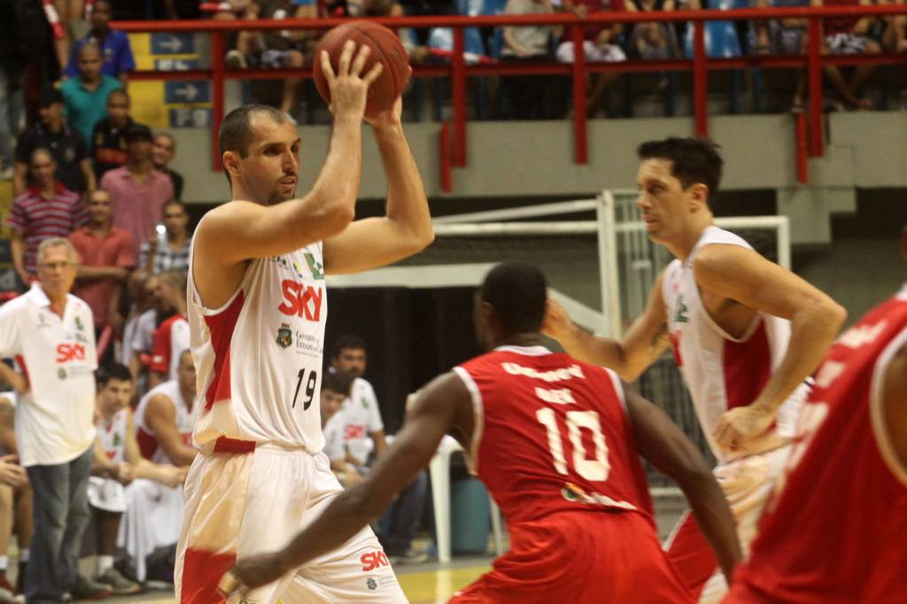 Drudi, do Basquete Cearense, e Alex Oliveira, do Paulistano