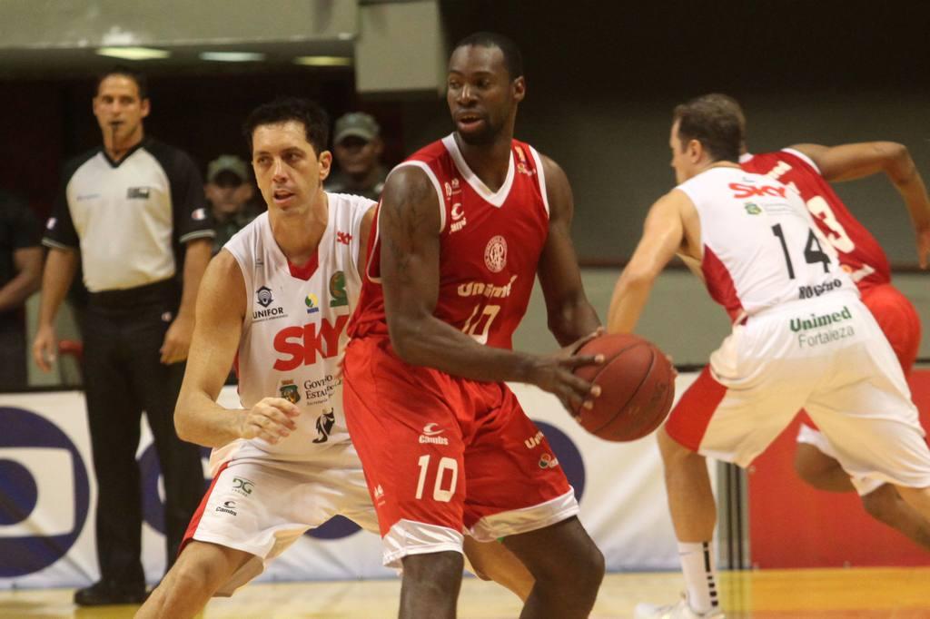 Alex Oliveira, do Paulistano, e Felipe, do Basquete Cearense