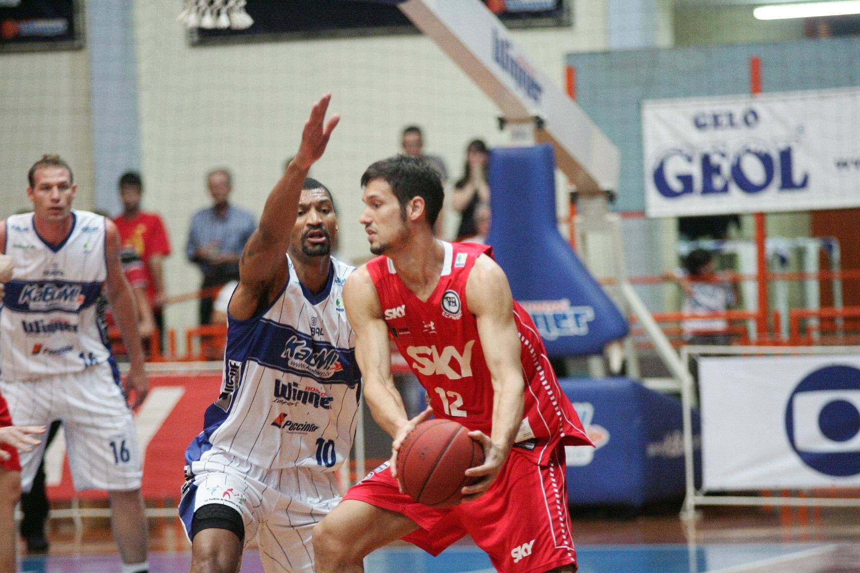 Rafael Mineiro, do Pinheiros, e Leandro, do Limeira