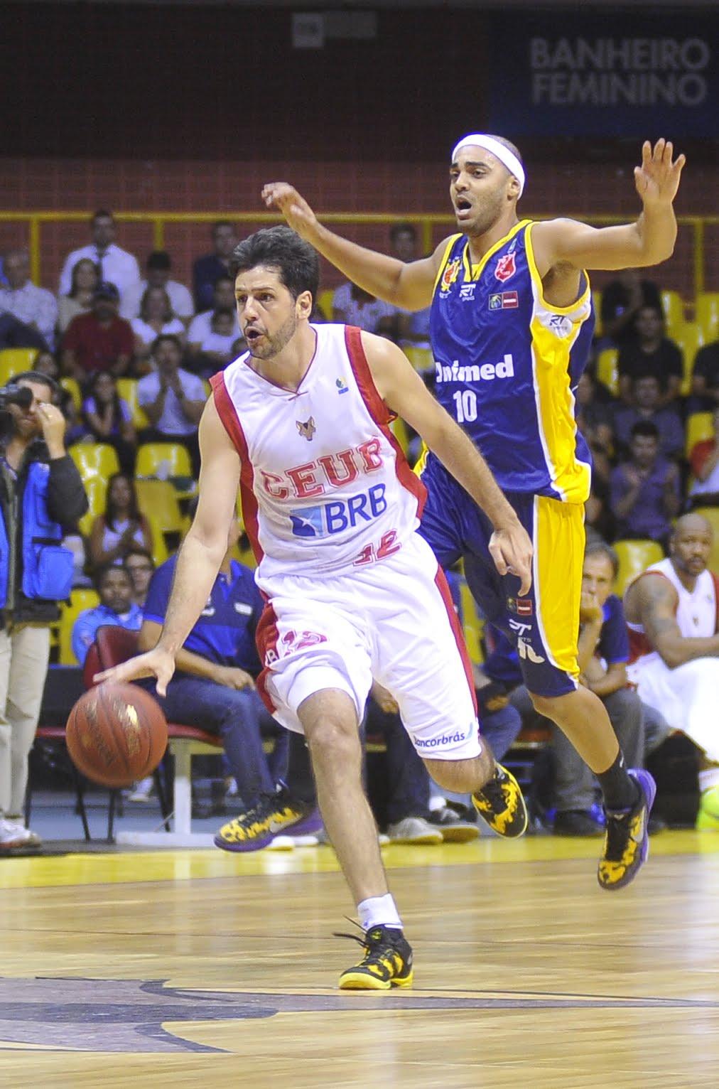 Guilherme Giovannoni, do Brasília, e Jefferson, do São José
