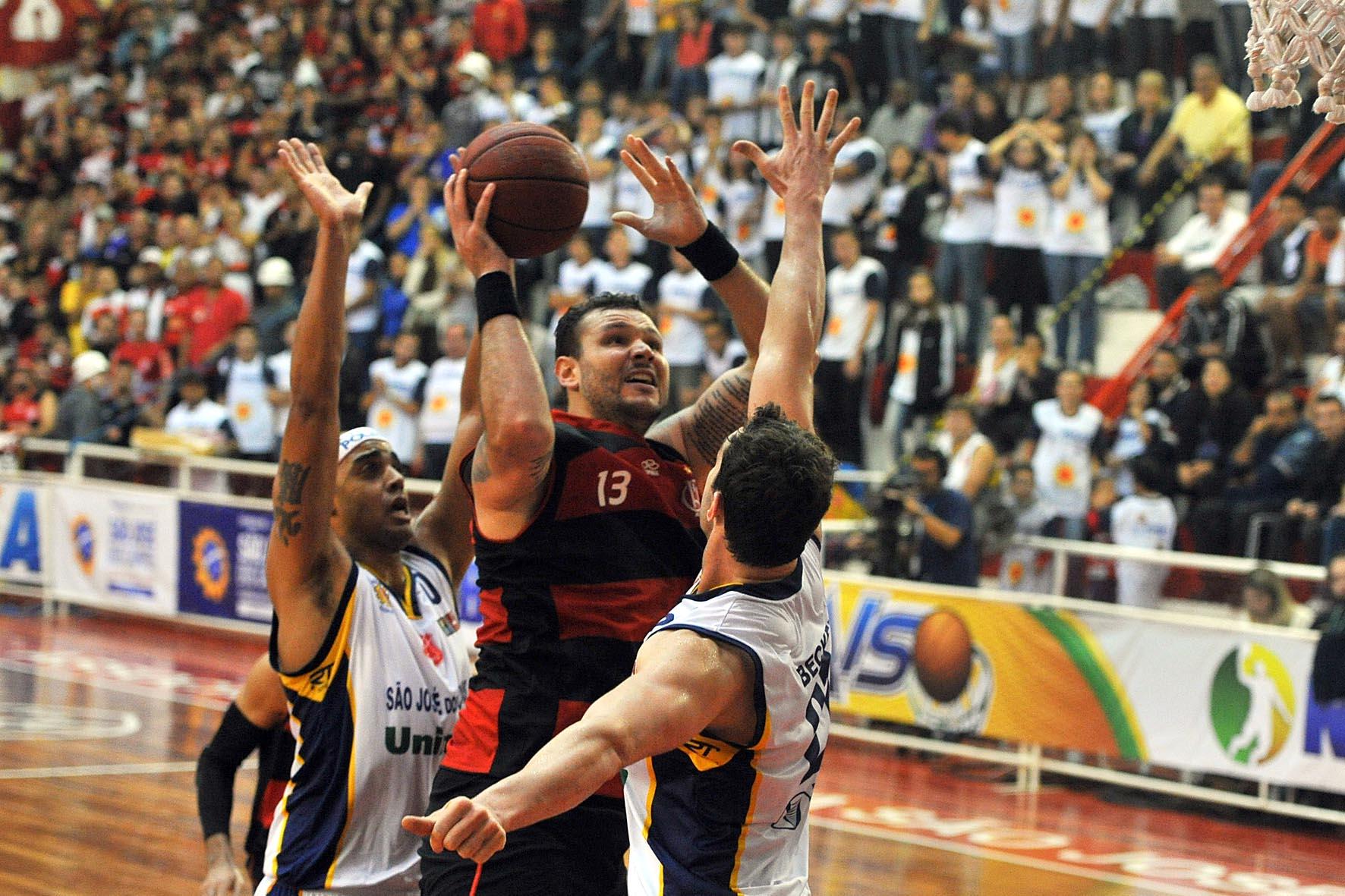 Caio Torres, do Flamengo, e Murilo e Jefferson, do São José