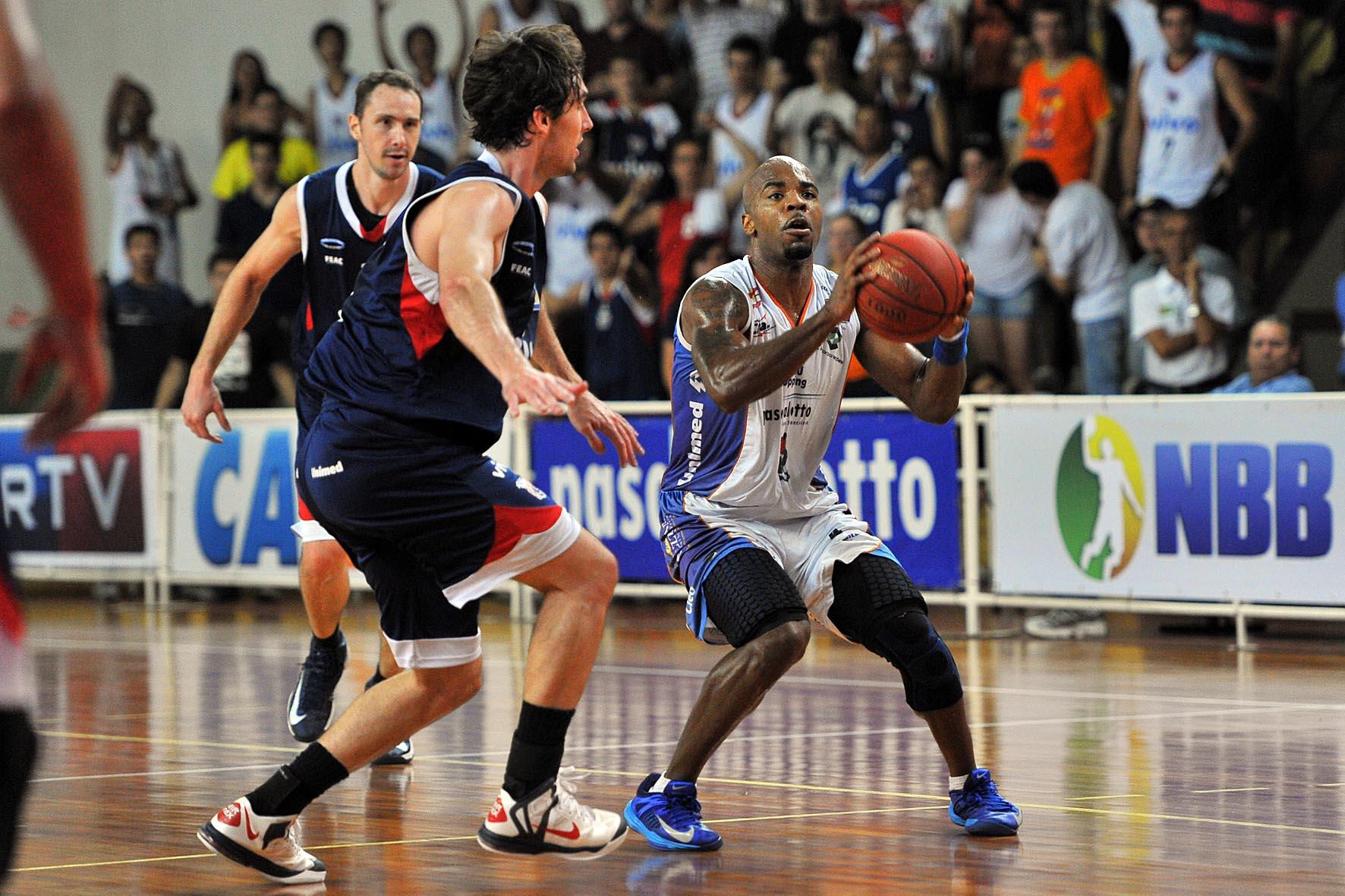 Larry Taylor escreveu grande história com a camisa do Bauru entre 2008 e  2016  agora está de volta (Caio Casagrande Bauru Basket) 2f55f589640f2