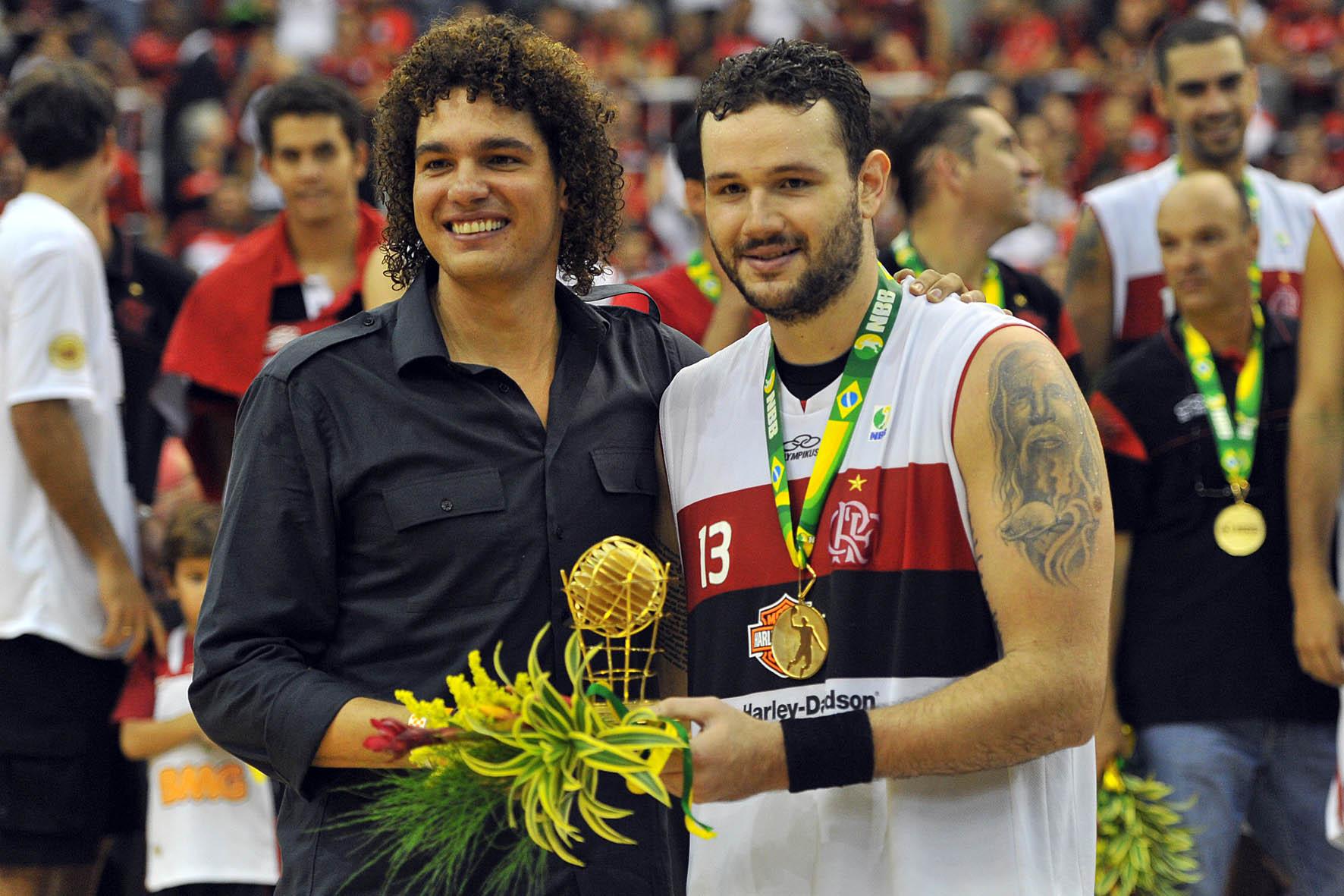 Caio Torres, MVP da Final, recebe prêmio de Anderson Varejão
