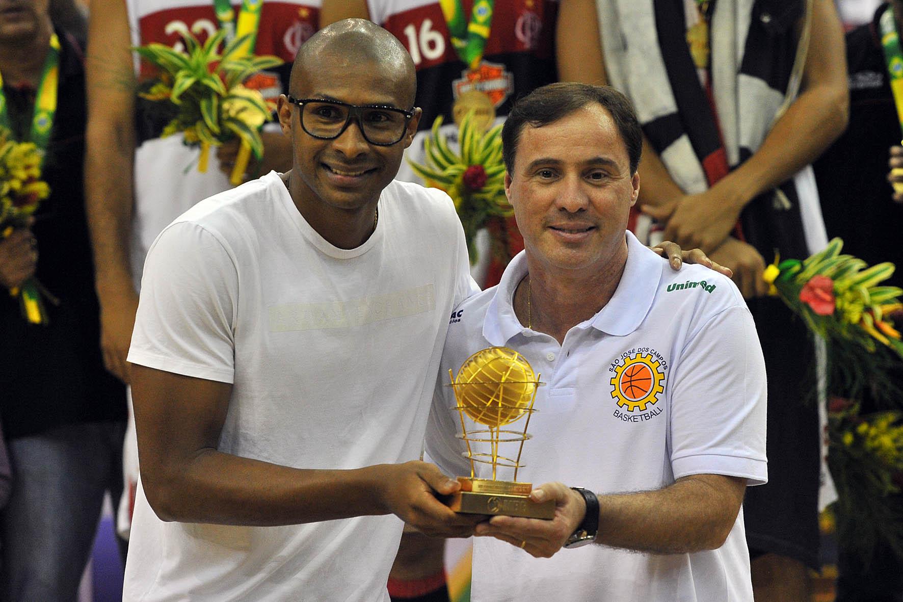 Régis Marrelli recebe troféu de Fúlvio, Melhor Armador, de Leandrinho