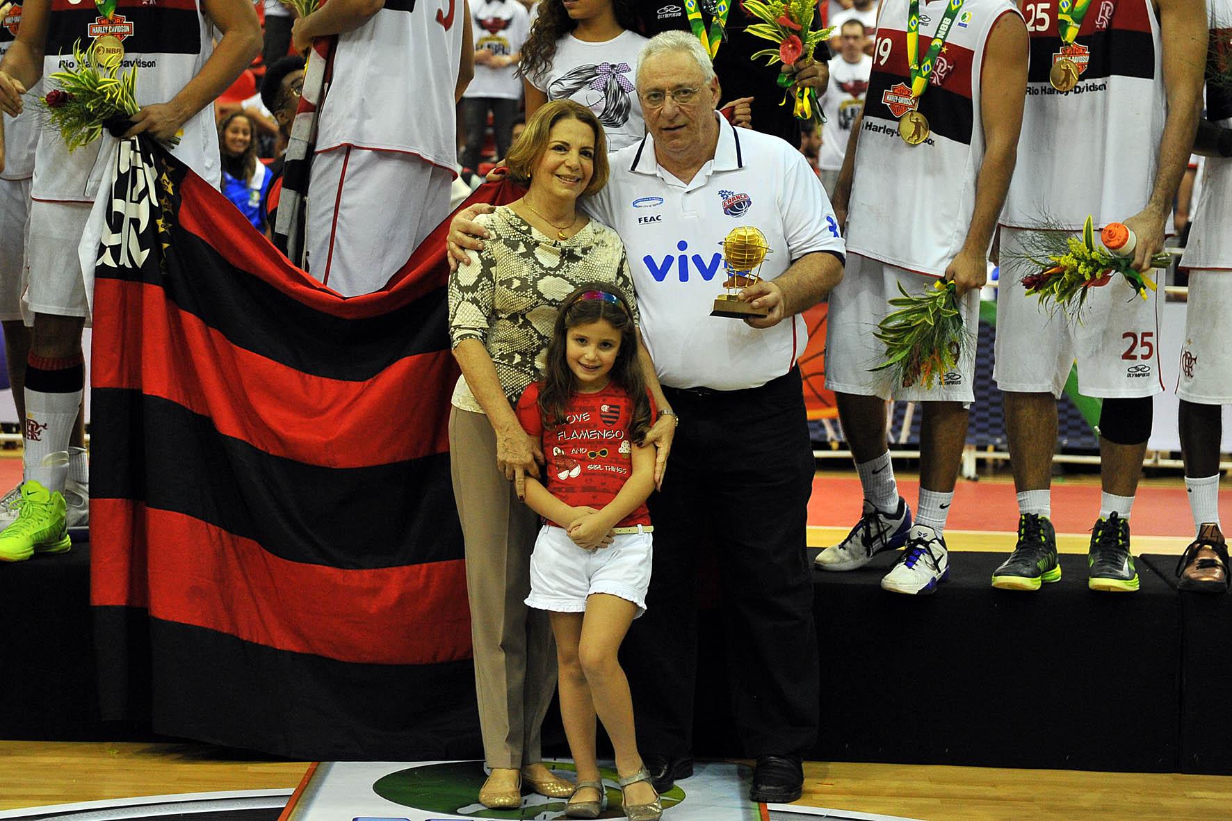 Lula Ferreira recebe o Troféu Ary Vidal das mãos da esposa de Ary Vidal