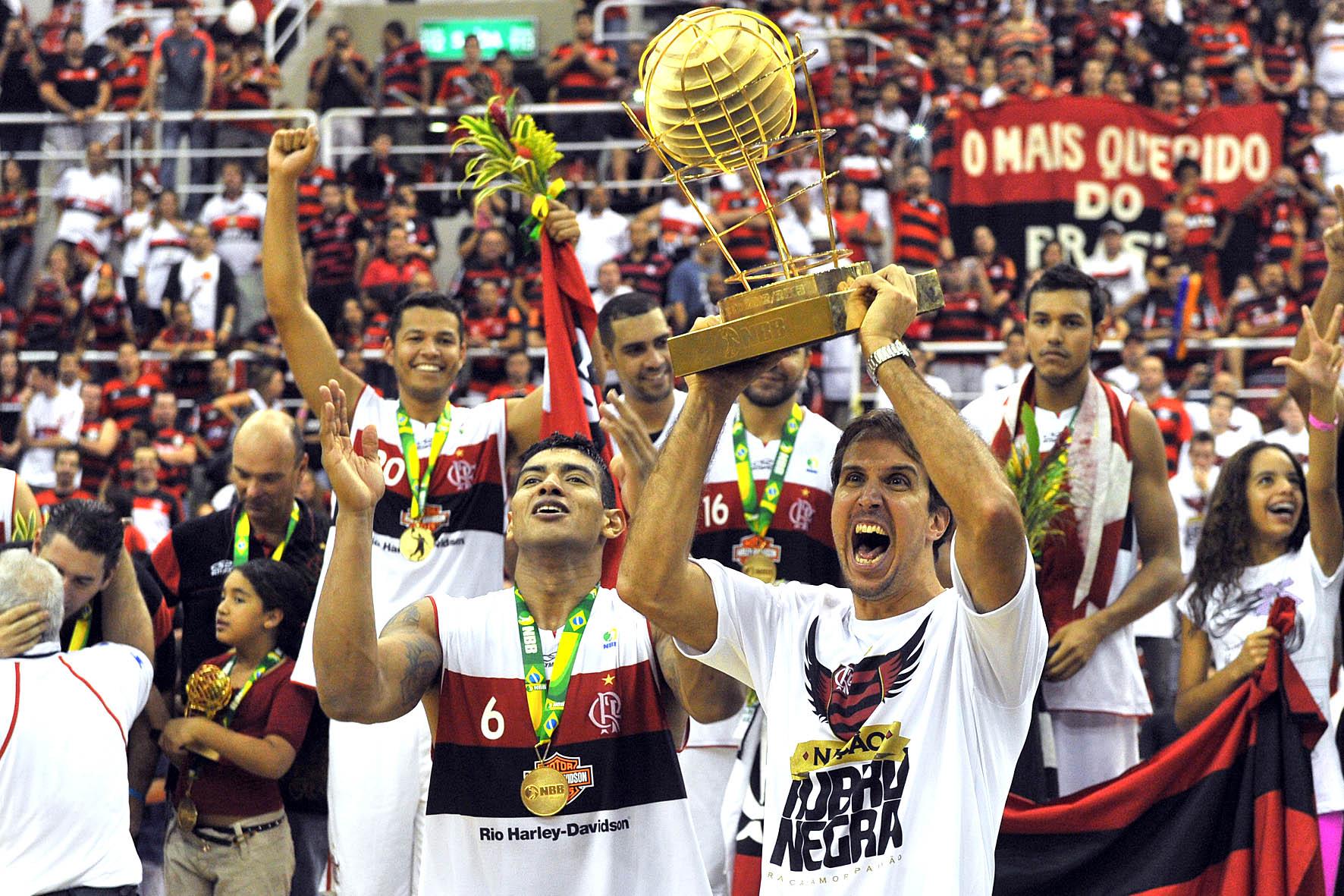 Marcelinho, capitão do Flamengo, ergue a taça de campeão