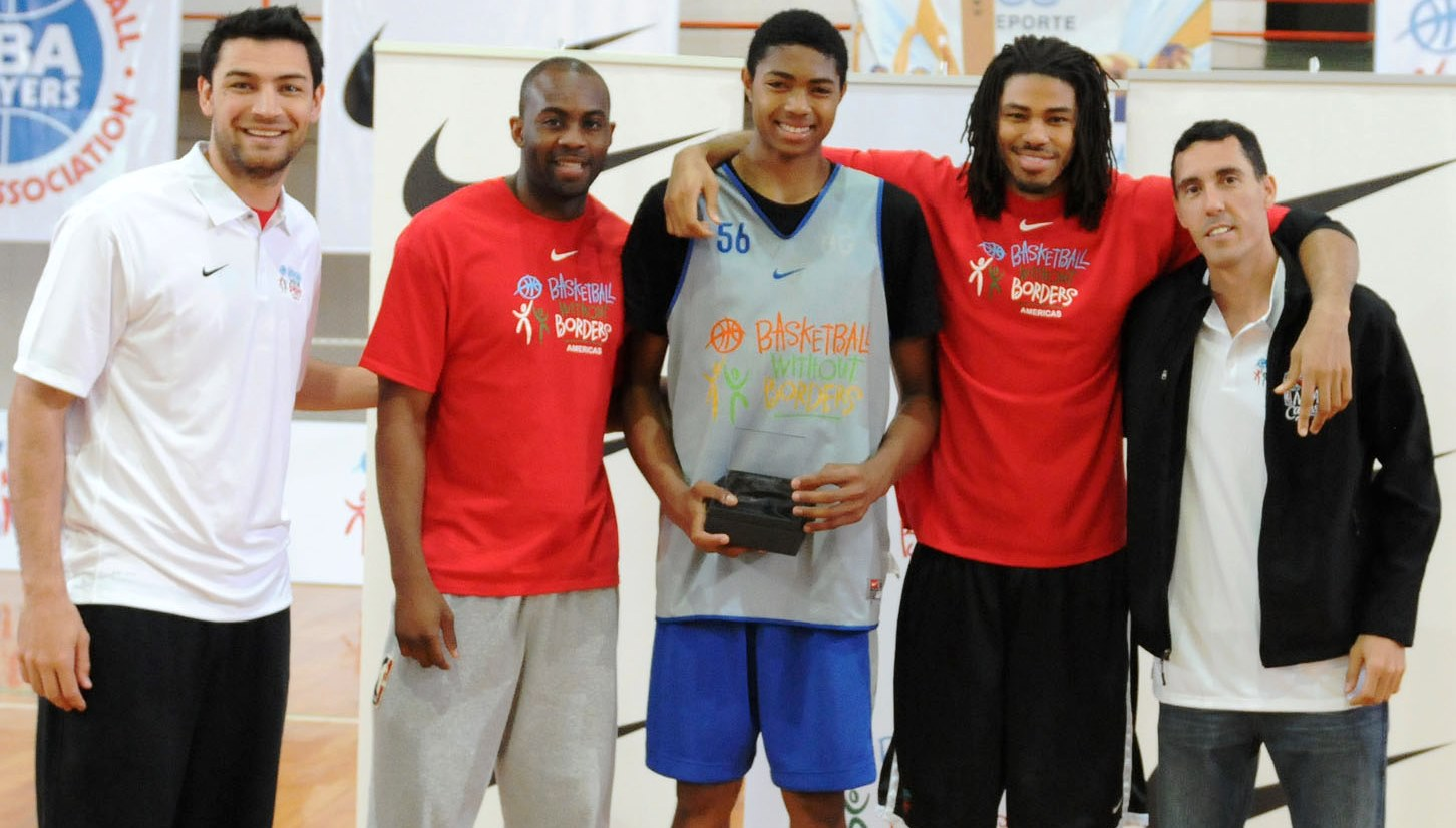 Bruno (ao centro) recebeu o troféu de MVP das mãos de Delfino, Anderson, Coopeland e Prigioni (Ligateunafoto.com)
