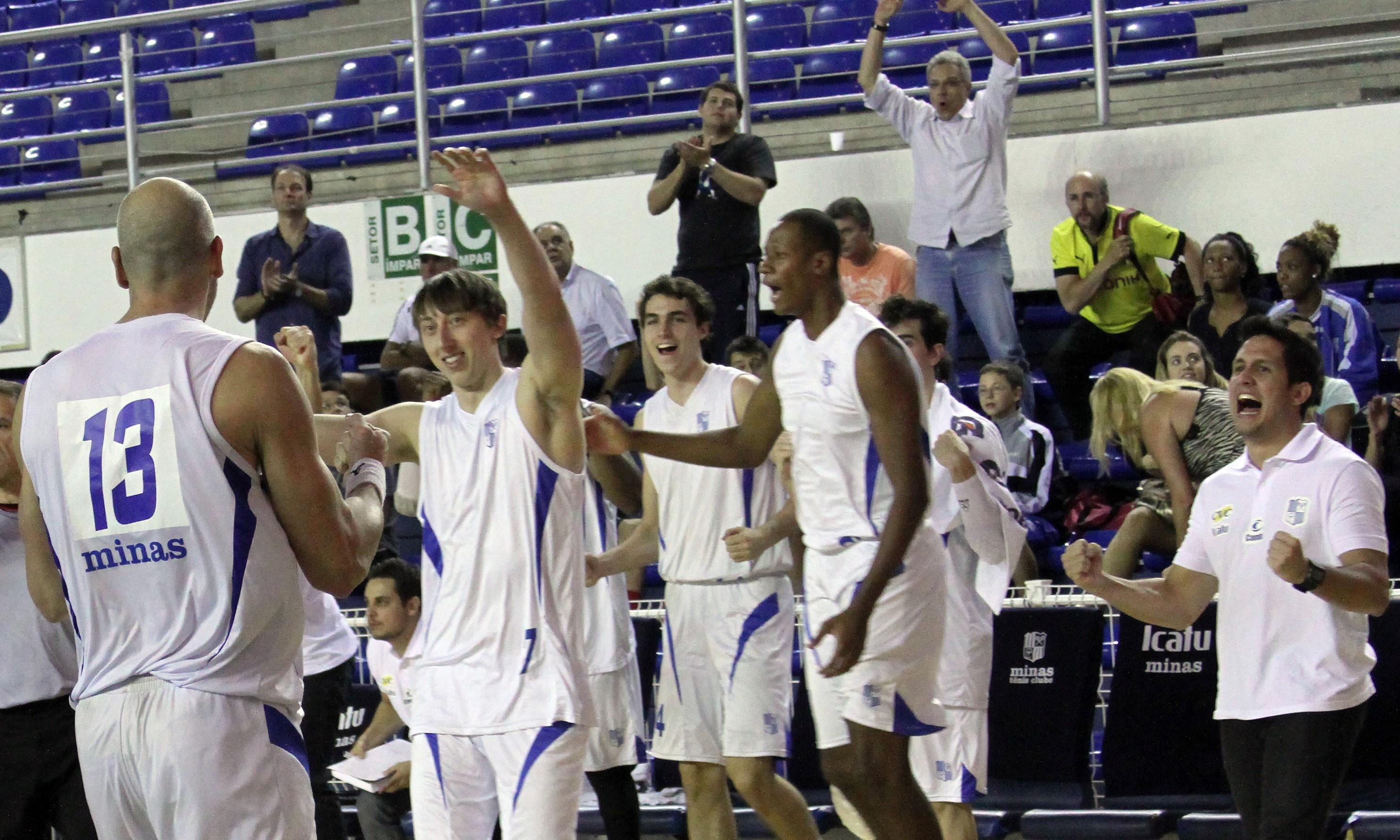 Jogadores do Minas fizeram muita festa com a vitória na primeira partida da decisão do estadual (Orlando Bento/Divulgação)