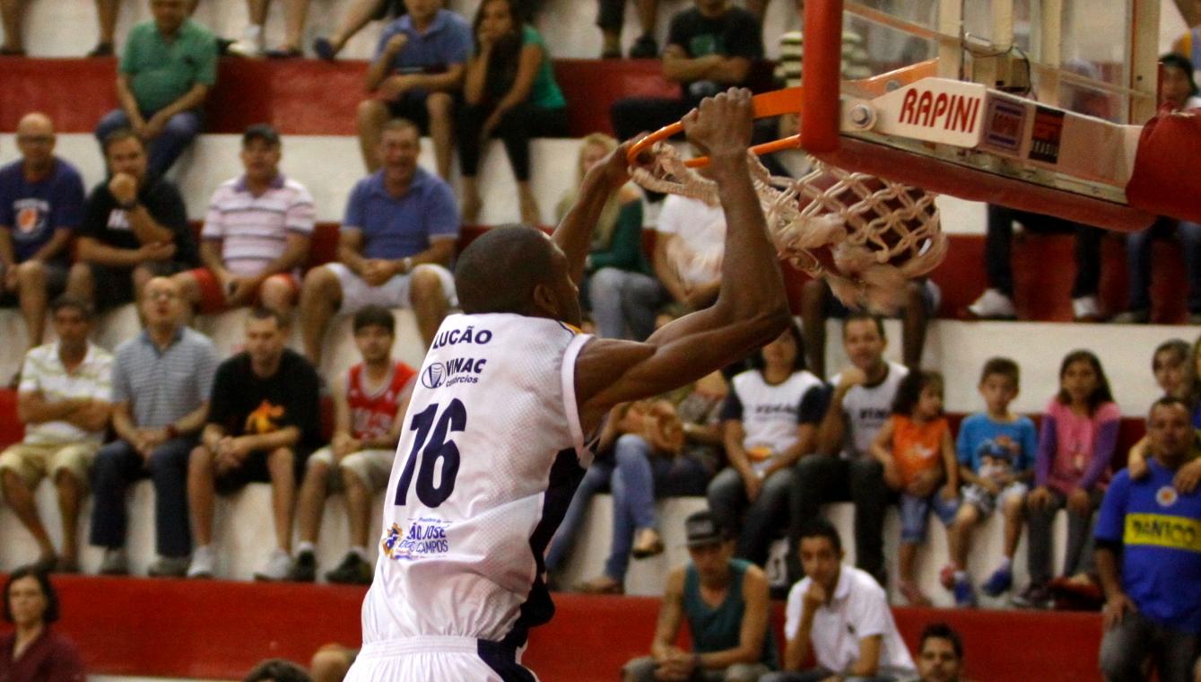 Apostando nos jovens talentos do time, como o pivô Lucão, São José começou bem a temporada do NBB (Antonio Basílio/PMSJC)