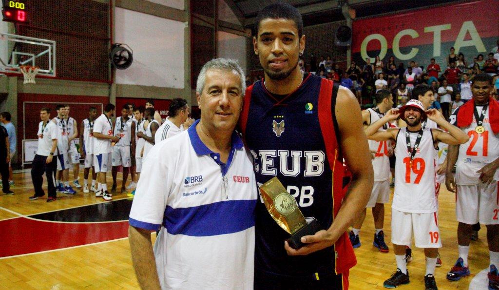 """Ronald recebeu o troféu de """"Jogador Mais Eficiente"""" das mãos do técnico Ronaldo Pacheco (Lucas Figueiredo/LNB)"""