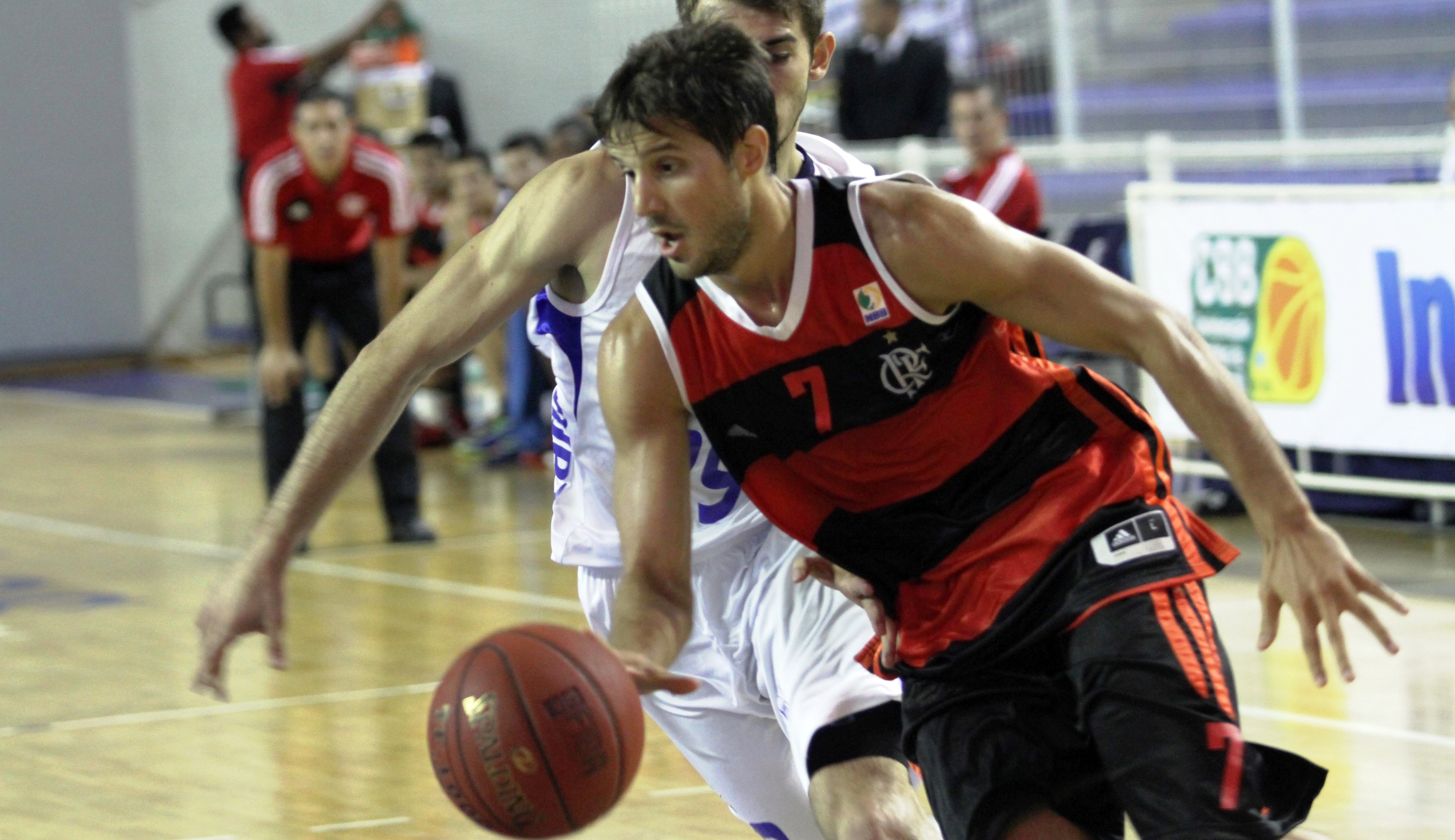 Com duplo-duplo, Laprovittola foi um dos destaques do triunfo flamenguista (Orlando Bento/Divulgação)