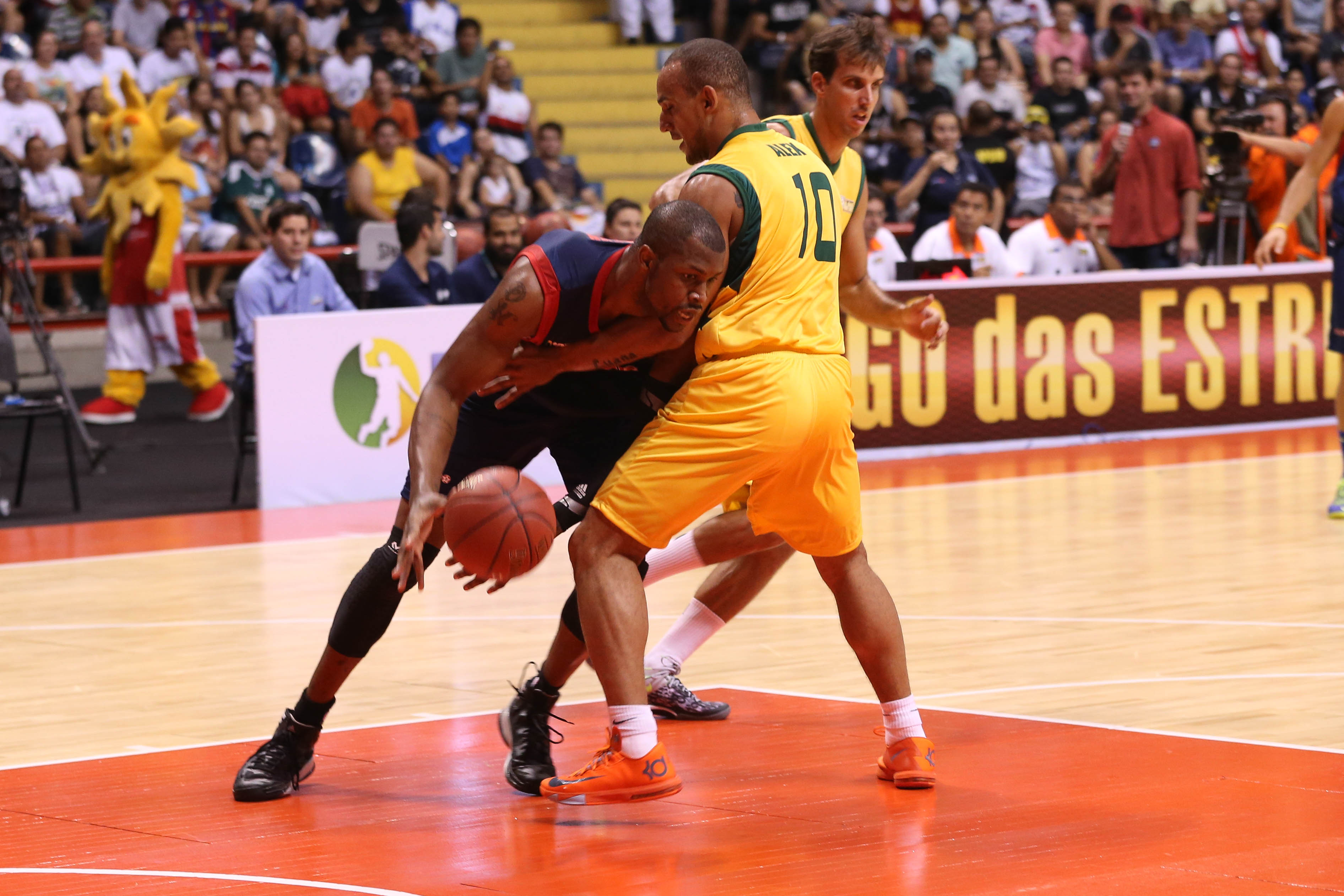 DeVon Hardin, do NBB Mundo, e Alex Garcia, do NBB Brasil