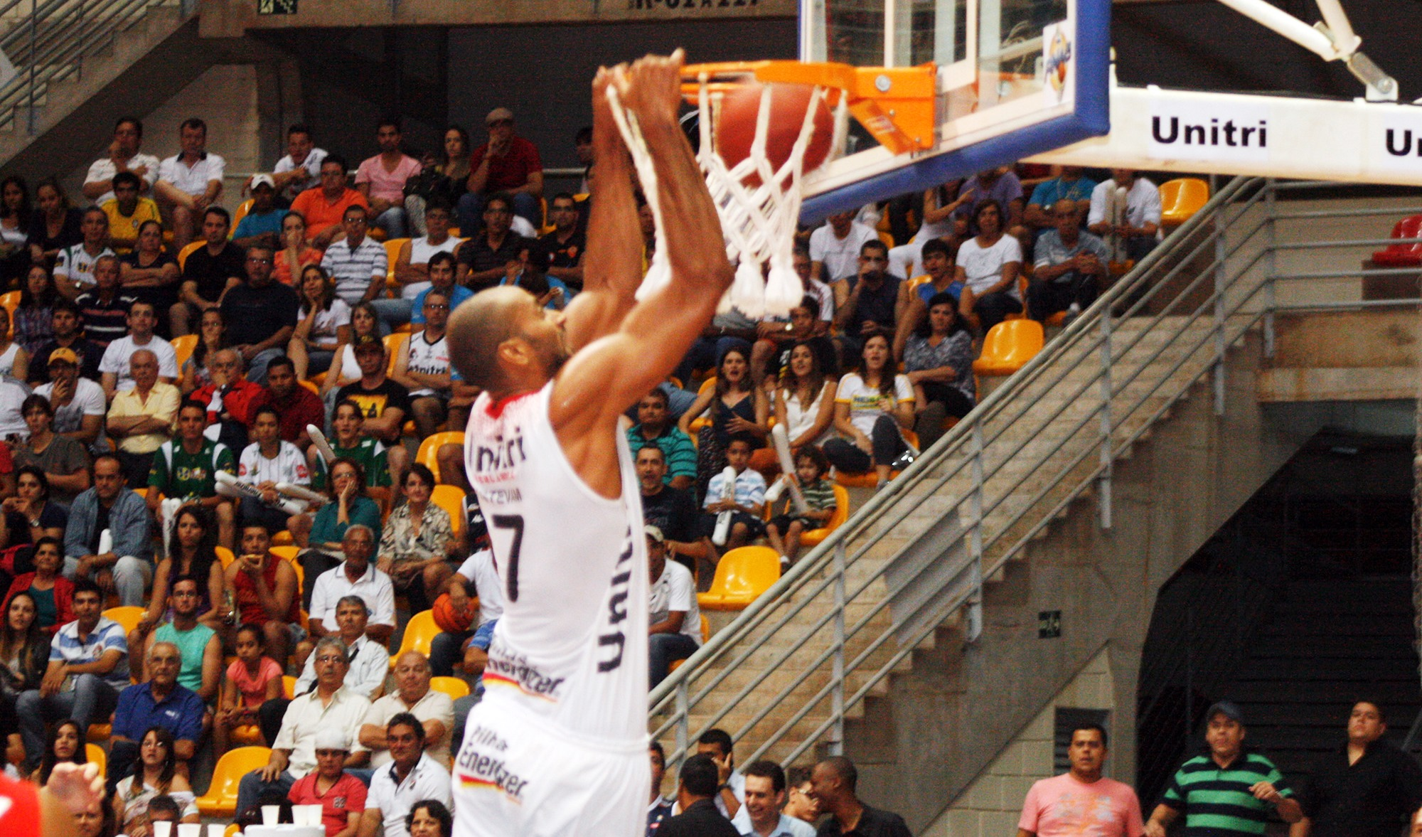 Ex-Uberlândia, Estevam será um dos destaques do Rio Claro na Liga Ouro 2014 (Raphael Oliveira/EAZ)