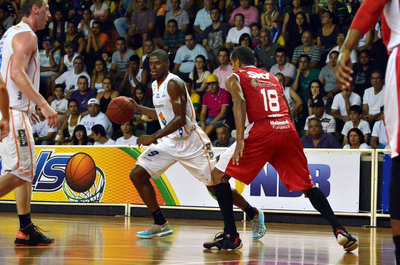 Gui Deodato, do Bauru, e Jimmy, do Basquete Cearense
