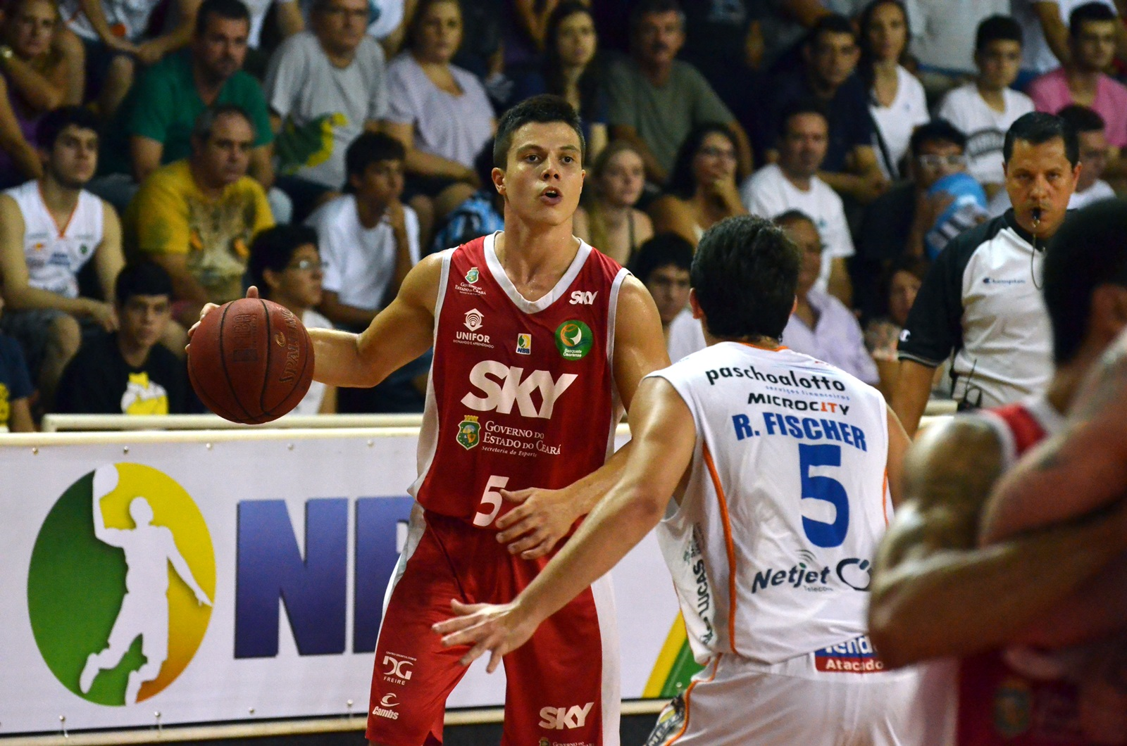 Davi, do Basquete Cearense, e Ricardo Fischer, do Bauru