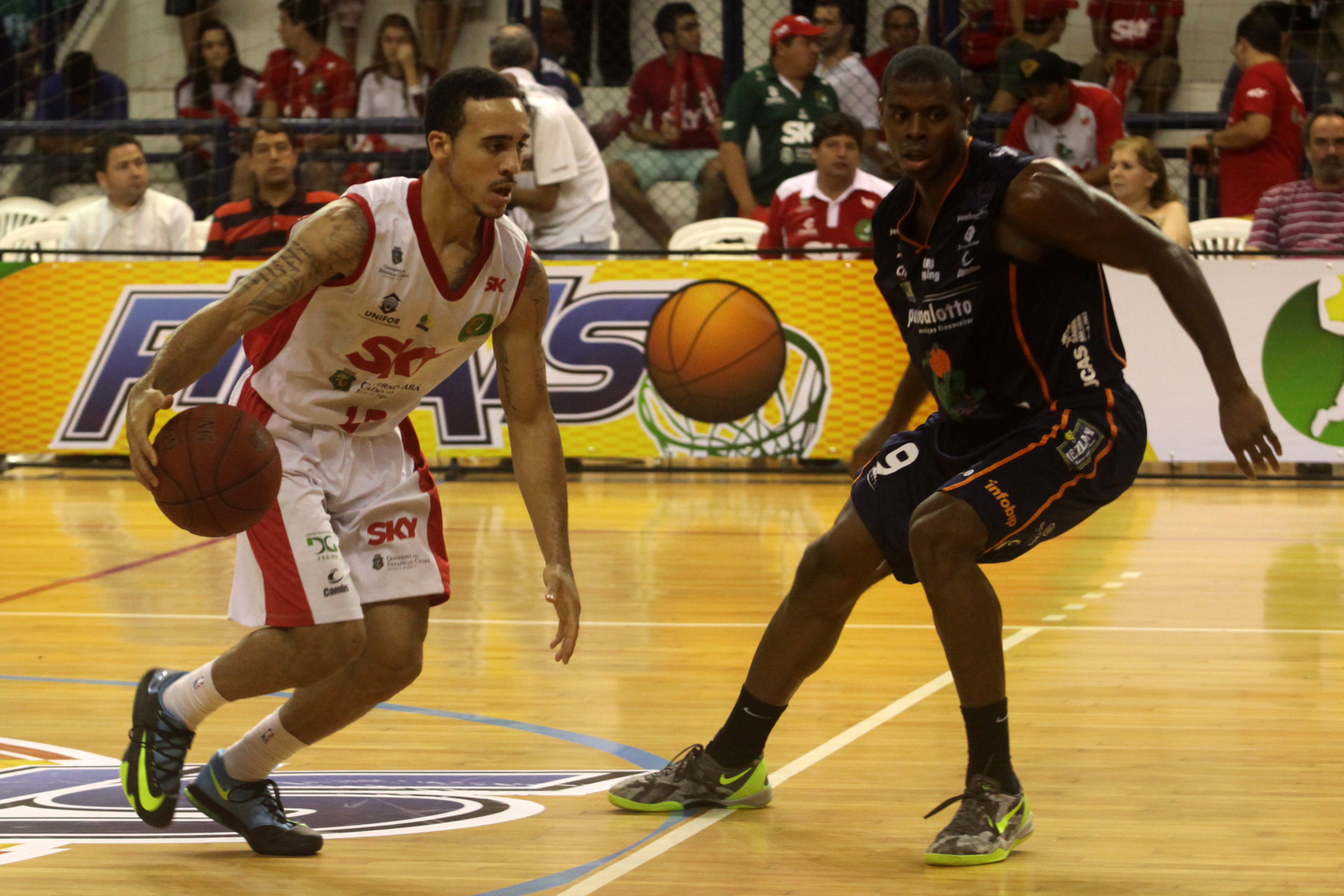 Brandon Brown, do Basquete Cearense, e Gui Deodato, do Bauru
