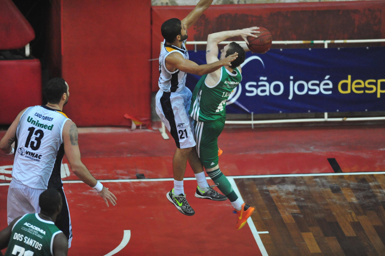 Thyago Aleo, do Palmeiras, e Quezada, do São José