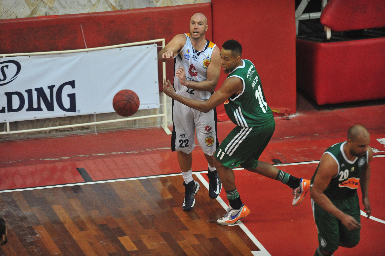Ed Nelson, do São José, e Marcão, do Palmeiras