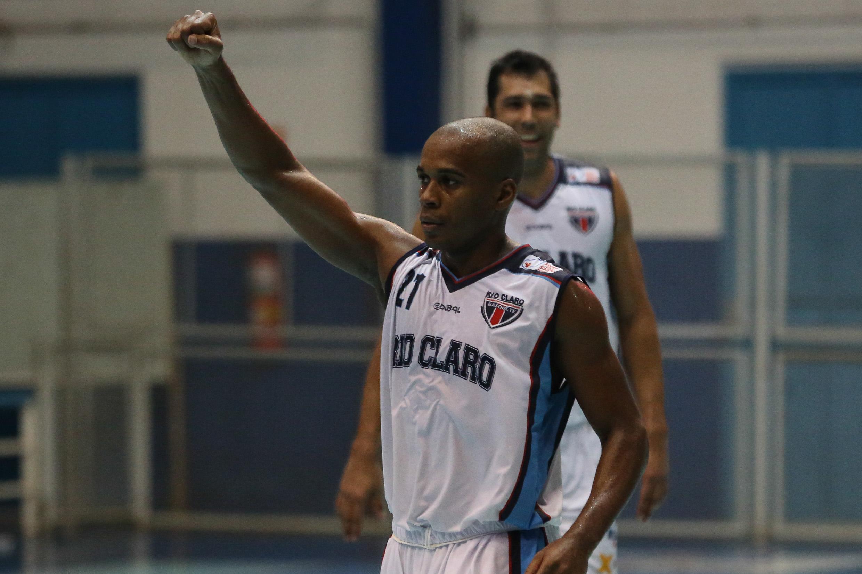 Com 18 pontos, o ala Luisinho, do Rio Claro, foi o cestinha da primeira partida semifinal da Divisão de Acesso ao NBB (Luiz Pires/LNB)