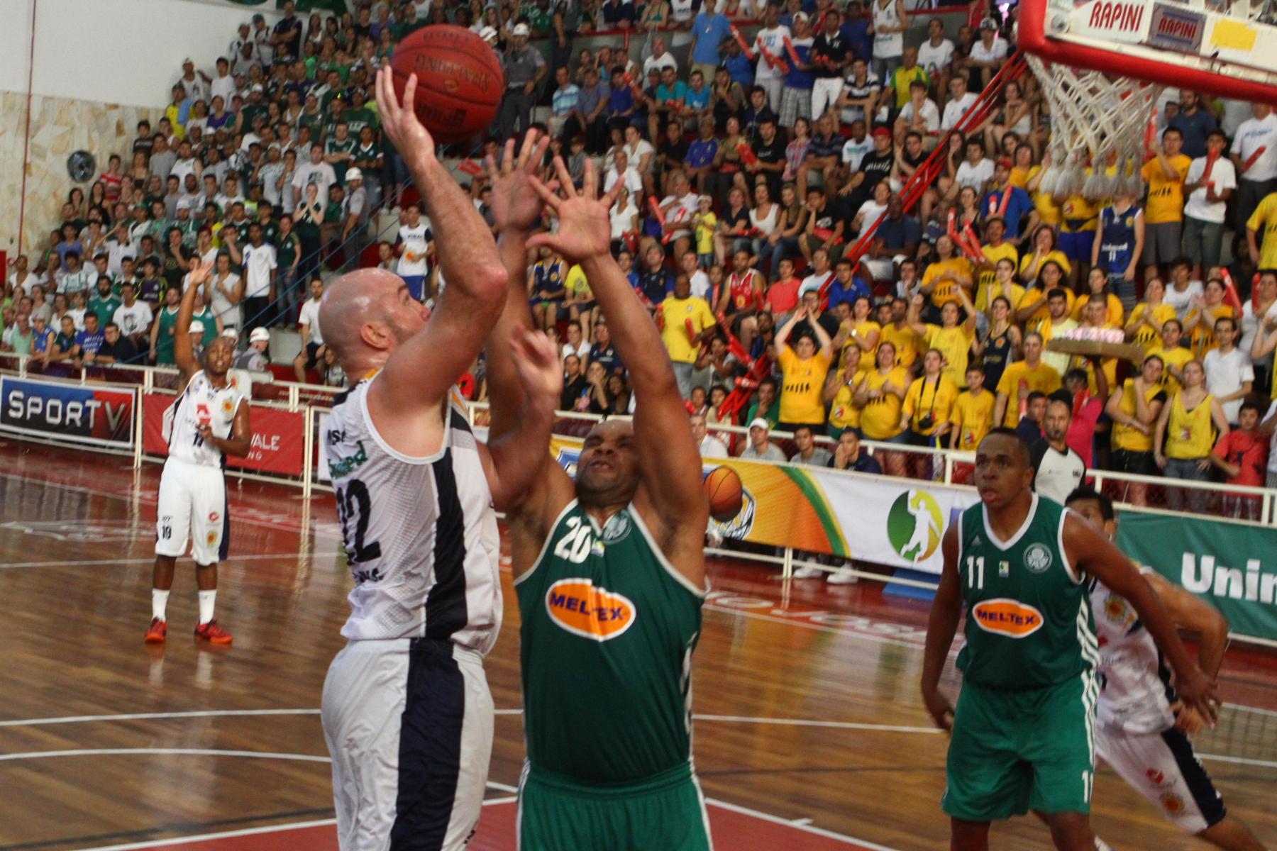 Ed Nelson, do São José, e Tiagão, do Palmeiras
