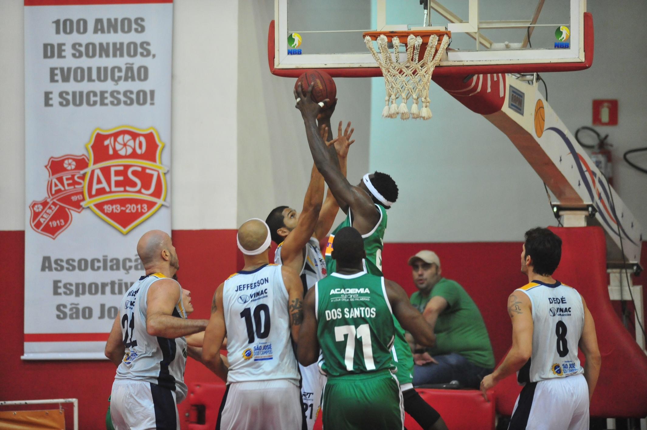 Quezada, do São José, e Tyrone, do Palmeiras