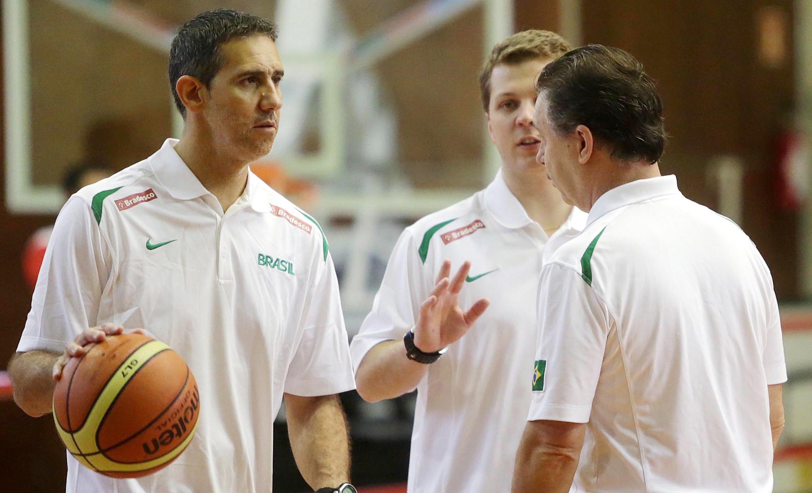 Magnano (de costas) conversa com Neto e De Conti durante treino da Seleção no último ano (Gaspar Nóbrega/Inovafoto)
