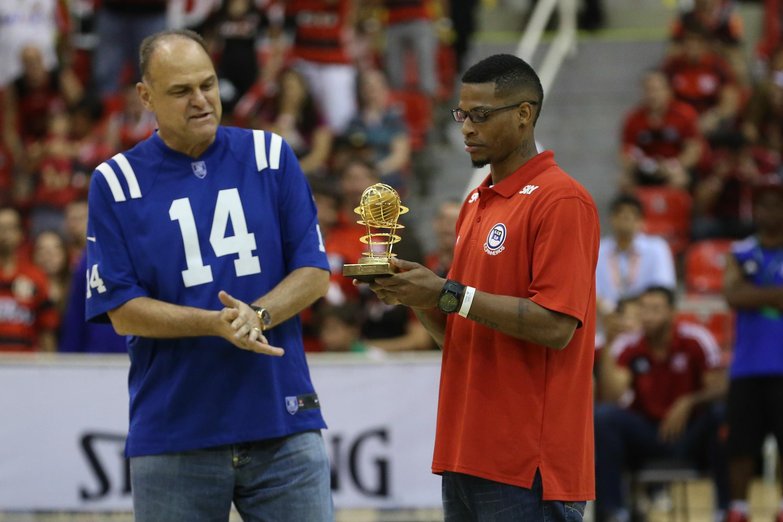 Oscar Schimdt entrega o troféu de cestinha do NBB6 para Shamell, do Pinheiros (Luiz Pires/LNB)