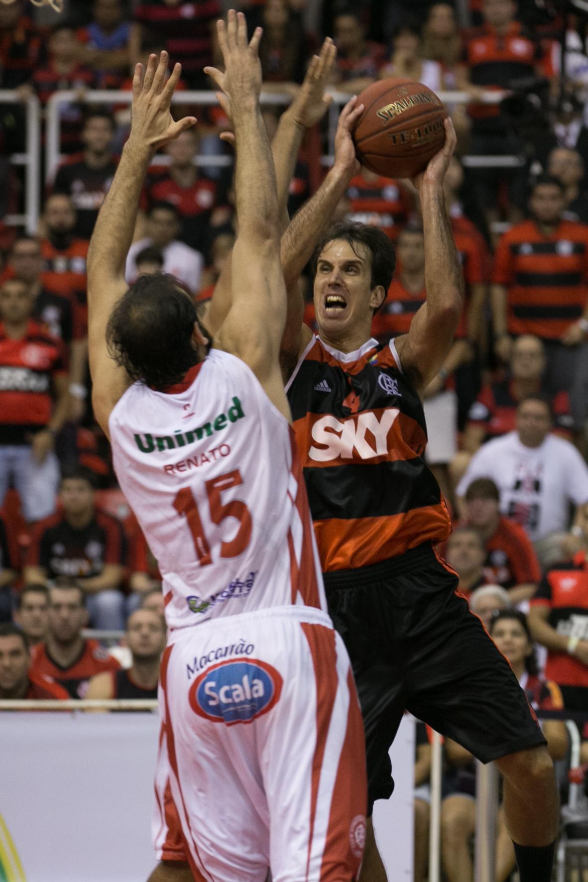 Renato, do Paulistano, e Marcelinho, do Flamengo (Luiz Pires/LNB)