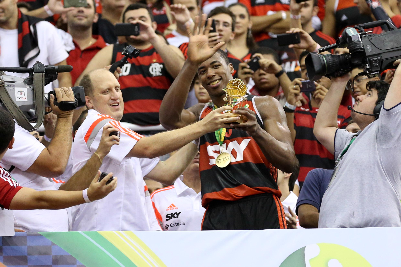 Meyinsse recebe o troféu de MVP da Final (Luiz Pires/LNB)